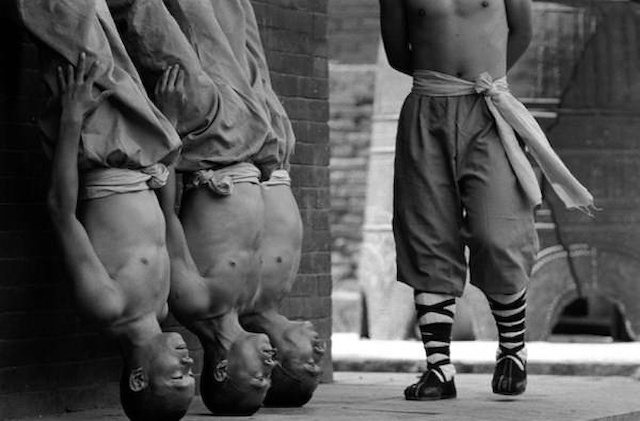Shaolin-Monks-Training-Tomasz-Gudzowaty-0001
