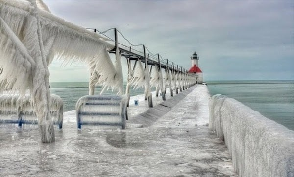 Another+frozen+lighthouse+near+Lake+Michigan.+-+The+30+Most+Amazing+Photos+Of+Frozen+Things+In+Honor+Of+The+Coldest+Morning+Of+The+21st+Century