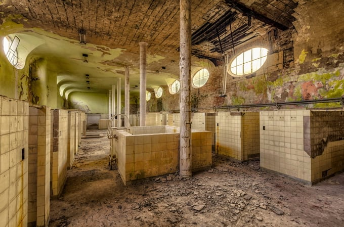 old decay bathhouse