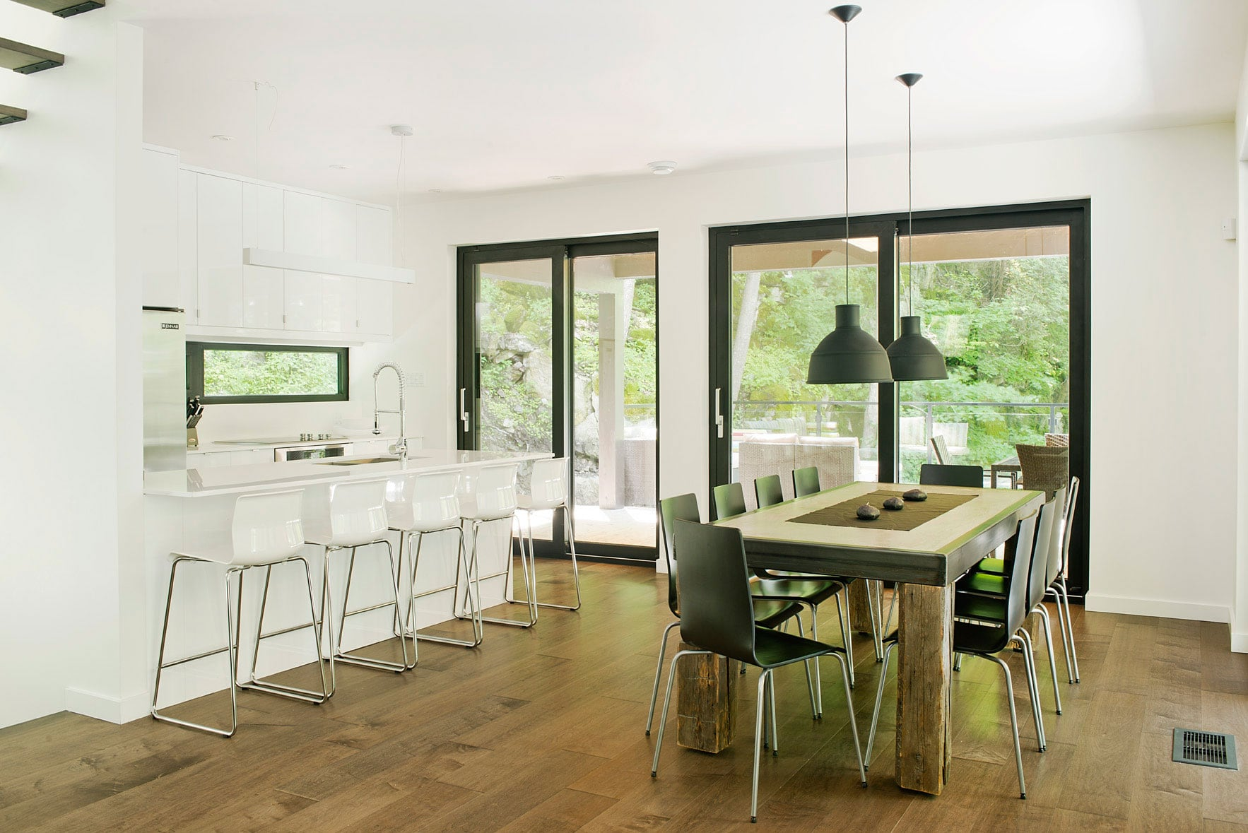 Contemporary-cottage-in-Quebec-by-Boom-Town-23