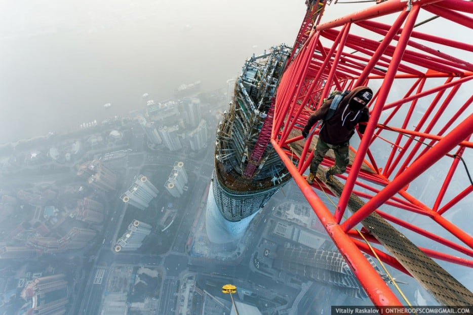 0hWEfwG - 25 Illegal Photographs That Urban Climbers Risked Their Lives To Take
