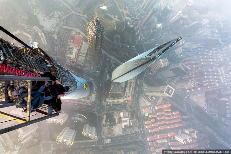 6LJO77A - 25 Illegal Photographs That Urban Climbers Risked Their Lives To Take