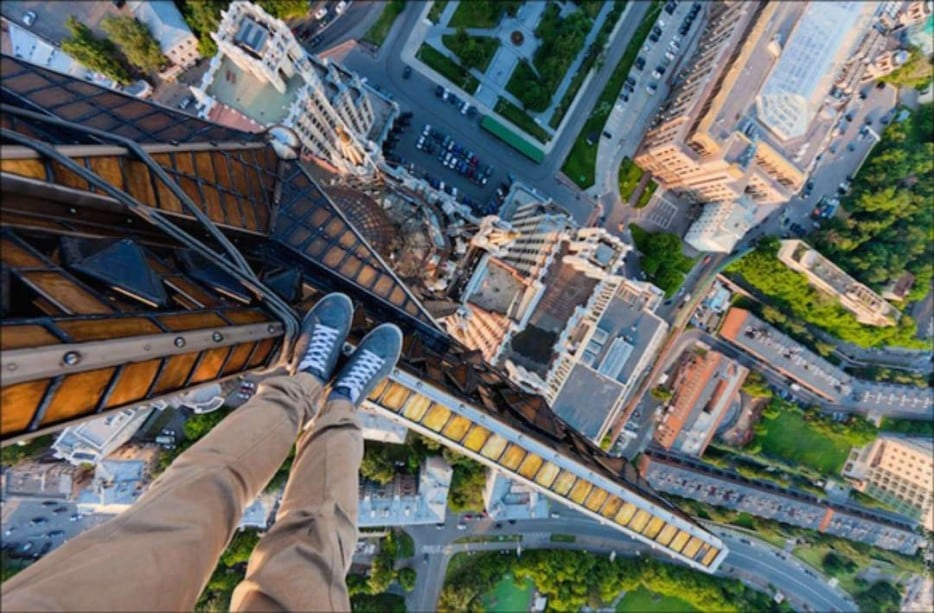 uyEAwDf - 25 Illegal Photographs That Urban Climbers Risked Their Lives To Take