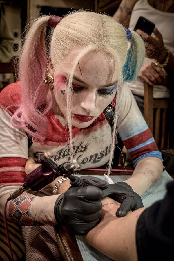 Behind-The-Scenes Photos Show Cast Of 'Suicide Squad' Tattooing One Another -batman