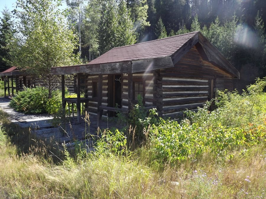the-most-beautiful-abandoned-cabins-waiting-for-owners-to-come-25