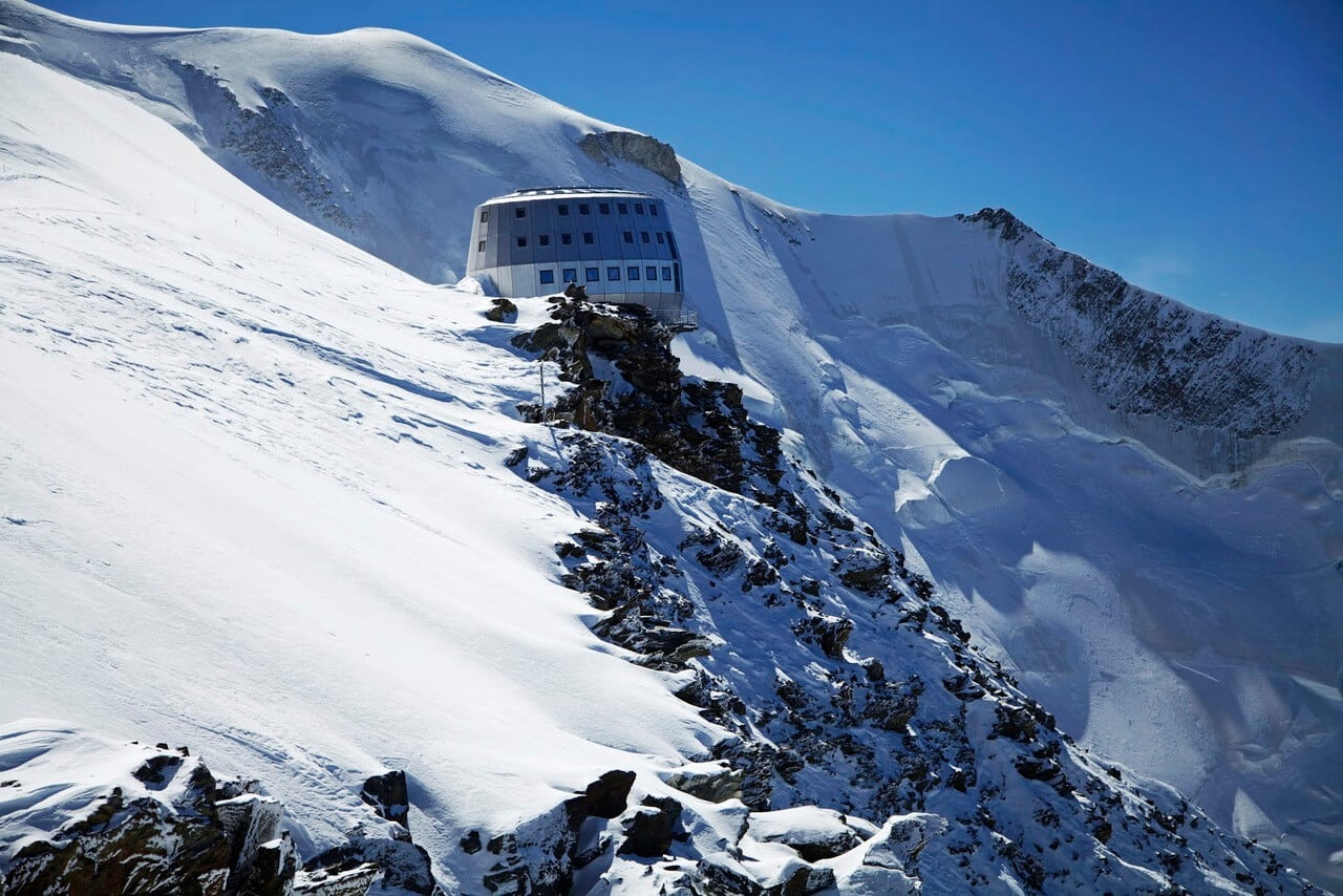 futuristic lodge offers refuge for climbers onquering mount blanc freeyork. Black Bedroom Furniture Sets. Home Design Ideas