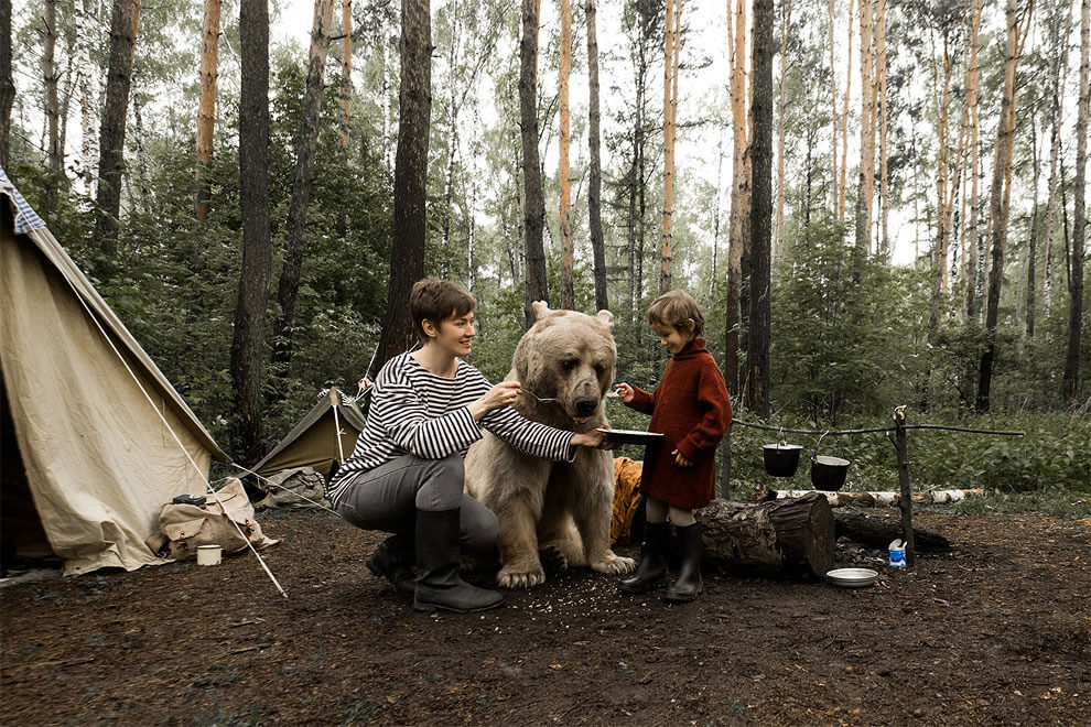 Russian Family Poses Lovely Photos with a Real Bear -photo, animal