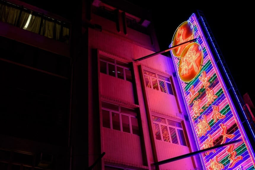 Photographer Captures Glowing Neon Signs of Hong Kong Before They Gone Forever -