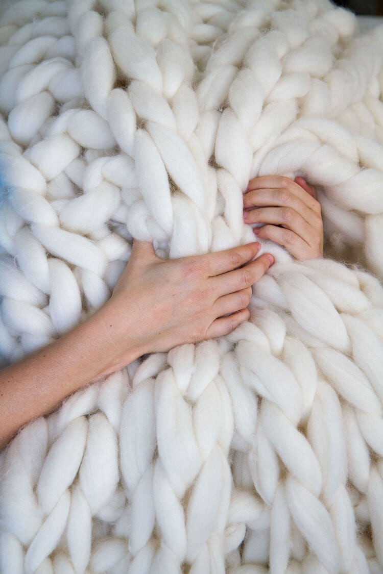 Create a Huge Chunky-Knit Blanket in Just a Few Hours -diy