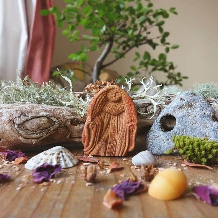 This Irish Artist Crafts Amazing Creatures from Avocado Pits -