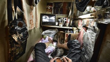 "Stunning Photos of Hong Kong's ""Coffin Cubicles"" Show Extremely Uncomfortable Living Conditions -"