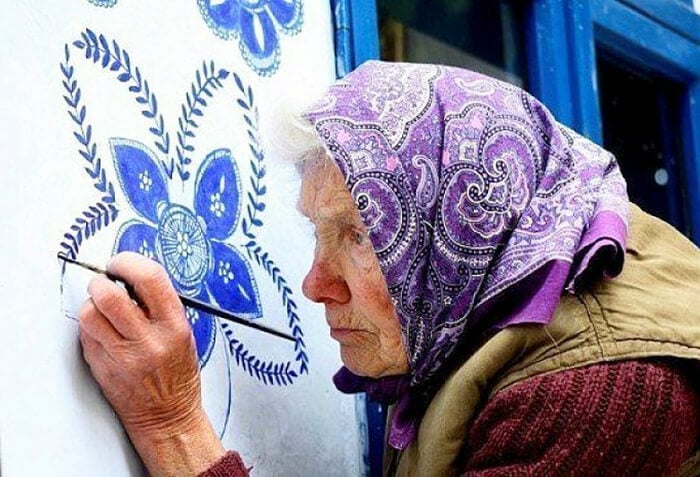 This 90-Year-Old Czech Grandma Paints Houses with Flowers Every Year -moravian art, Moravia, houses