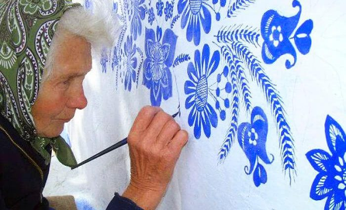 house painting agnes kasparkova freeyork 5 700x426 - This 90-Year-Old Czech Grandma Paints Houses with Flowers Every Year