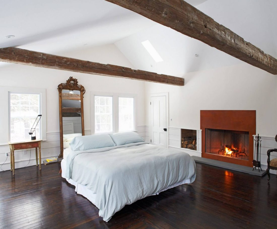 Floating farmhouse in rural new york by tom givone tom for Chambre avec poutres apparentes