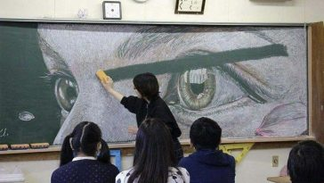oatO4SwYZok 364x205 - Chinese Students Create Astonishing Chalk Drawings On Classroom Blackboard