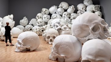 ron mueck national gallery fy 1 364x205 - Ron Mueck Stacks Hundred Skulls at His Biggest-Ever Installation