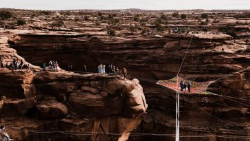 An Adventurous Couple Decided to Get Married 400 Feet Above a Canyon's edge in Utah -wedding, utah, usa, gohome, extreme, canyon