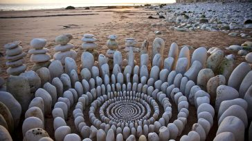 An English Artist Assembles Mandalas from Leaves, Rocks and Berries -stone, land-art, installation, gohome, beach